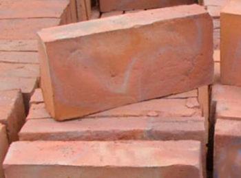 Ladrillos y baldosas de barro cocido hechos a mano